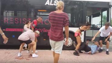 VIDEO. Bătaie ca-n filme într-o stație de autobuz din Ibiza