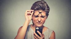 shutterstock femeie ochelari telefon probleme vedere