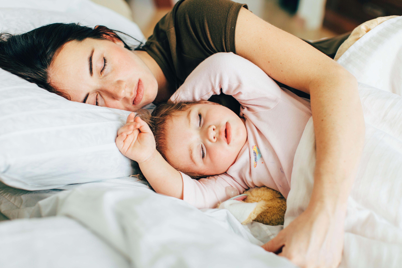 Medic pediatru: Copiii ar trebui sa doarma in pat cu mama lor pana la varsta de 3 ani