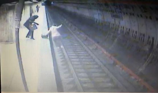 VIDEO. Momentul in care este impinsa tanara de 25 de ani in fata metroului