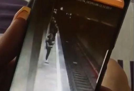 VIDEO. Cum s-a luptat prima tanara impinsa in fata metroului, in statia Costin Georgian
