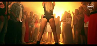 mama-natura-face-show-intr-un-videoclip-vezi-cat-de-sexy-arata-roxana-ionescu-prezentatoarea-de-la-vocea 4