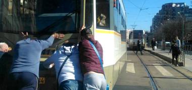 IMAGINILE ZILEI! Împing tramvaiul în intersecţia Iancului cu Mihai Bravu