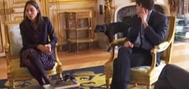 Câinele președintelui Macron a comis-o într-un mare fel, fix când stăpânul oferea un interviu (VIDEO)