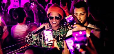 Bruno Mars, la un pas de tragedie! Scena pe care cânta a luat foc...
