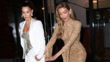 Oops! Bellei Hadid i-a căzut bustiera la premiile Glamour Woman of The Year