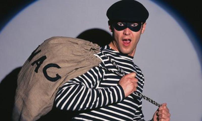 A-burgler-breaking-in-is--008