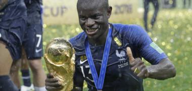 VIDEO. Kante, prea timid ca să ceară Cupa Mondială pentru poze. Imaginile care au făcut înconjurul lumii