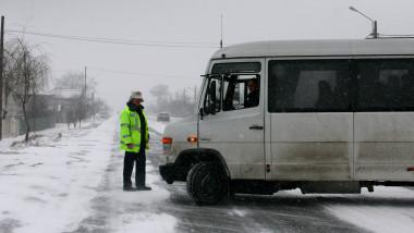 microbuz iarna- 4098886-Mediafax Foto-Ciprian Sterian 1
