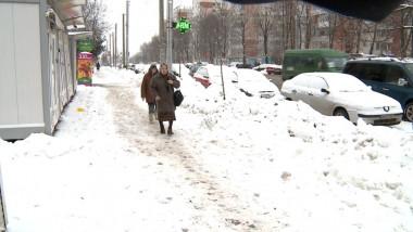 oameni trotuar iarna