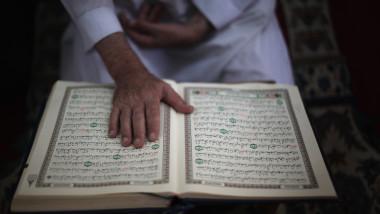 Barbat care citeste Coranul - Guliver GettyImages