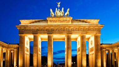 brandenburg-gate-in-berlin-at-night-germany-1600x1133