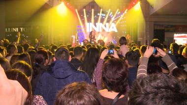 oameni la concert