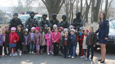 politisti si copii