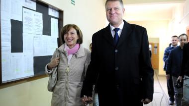 Carmen si Klaus Iohannis la vot alegeri prezidentiale 2014-Mediafax Foto-Sebastian Marcovici