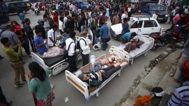 Cutremur Nepal pacienti pe strada - 318243-Hepta Mediafax Foto-Pratap Thapa