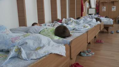 copii dorm la gradi