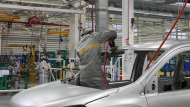Dacia vrea să înlocuiască angajaţii cu roboţi. 10.000 de lei, preţul unei demisii