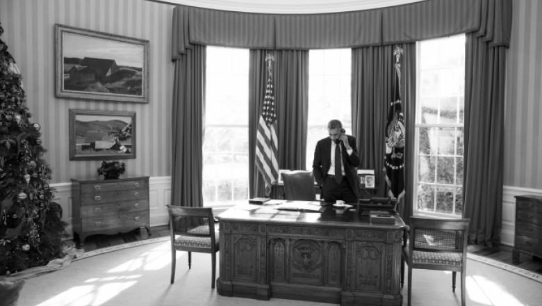 obama in biroul oval vorbind la telefon - whitehouse