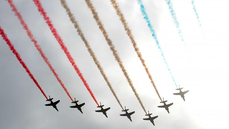 avioane zboara pe cerul frantei lasand in urma culorile de pe steagul frantei