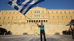 grecia om cu steag in fata parlamentului 1007GettyImages-480064338-3