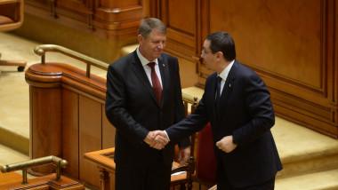 Victor Ponta d m na cu Klaus Iohannis la depunerea jur m ntului n Parlament-Mediafax Foto-Alexandru Hojda