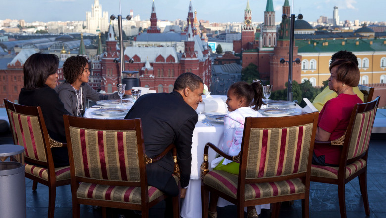 obama cu familia la ritz in moscova - pete souza
