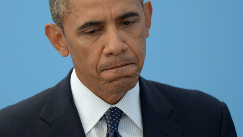obama strangand din buze - getty
