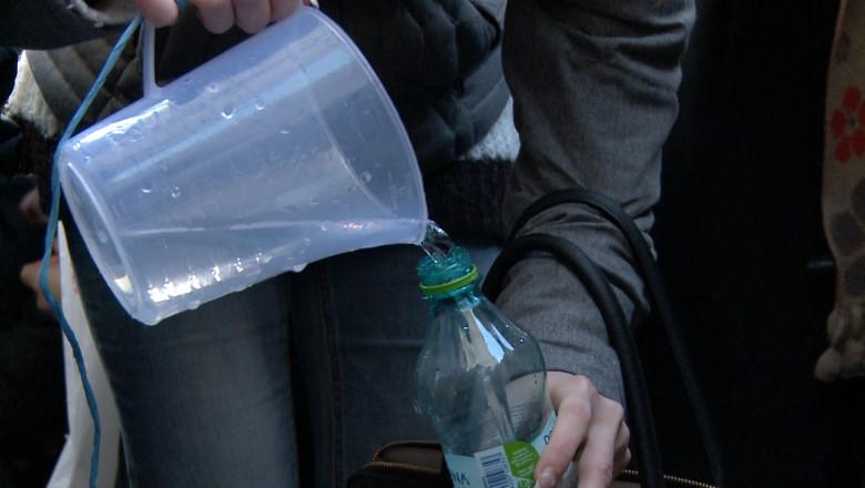 toarna apa in sticla