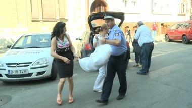 politist vine cu sacii
