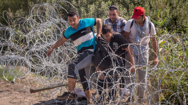 refugiati trec gardul ungaria GettyImages-485914830