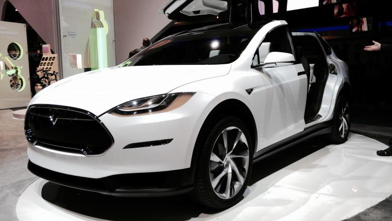 Tesla Model X front view 16042113157