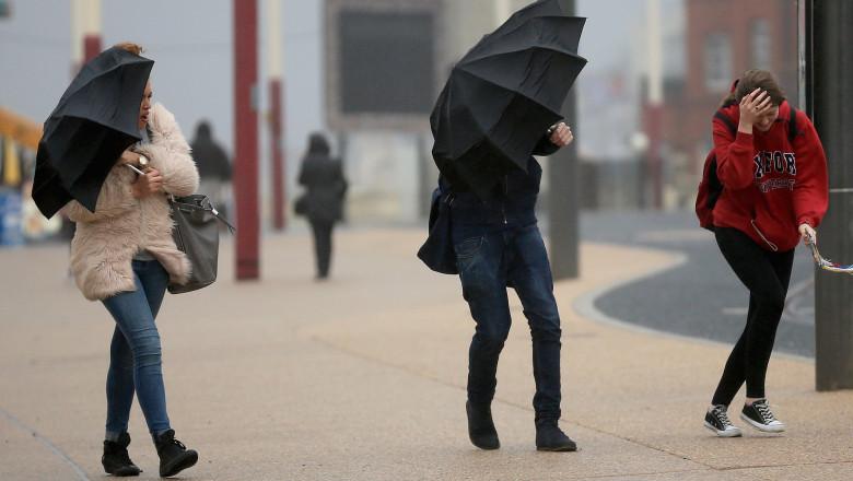furtuna umbrele ploaie uk GettyImages-457541310