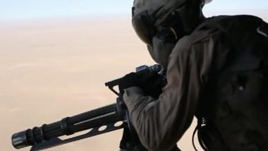 militar cu mitraliera