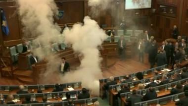 fumigene in parlament kosovo