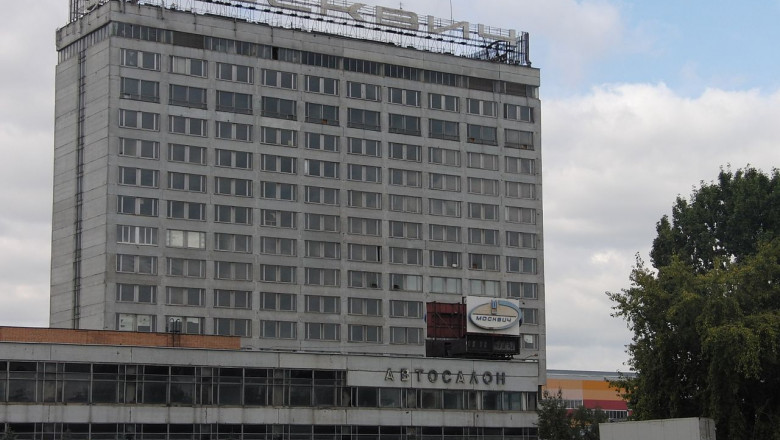 1280px-Abandoned Moskvitch headquarters foto wikipedia