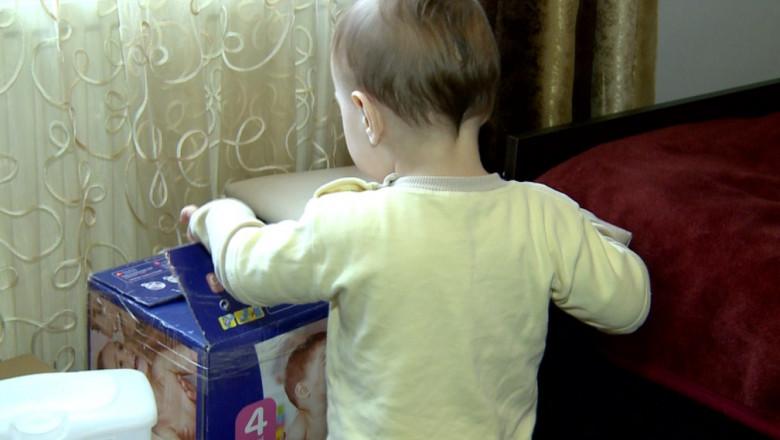 bebe cu spatele