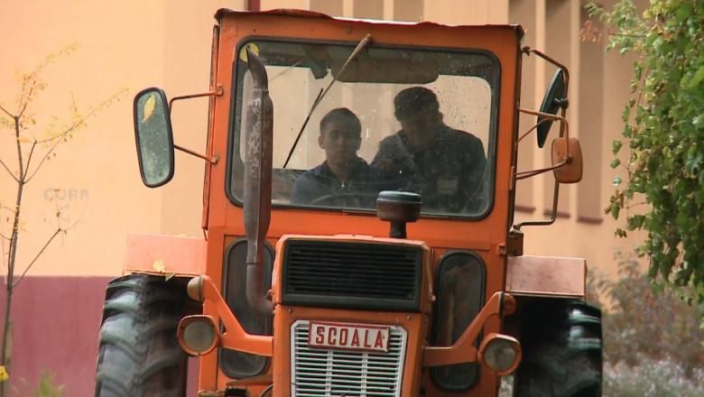 tractor scoala