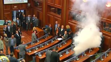 grenada gaze lacrimogene parlament kosovo captura 23 10 2015