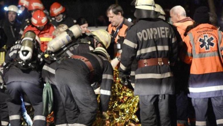 Pompierii acorda primul ajutor unei victime-1