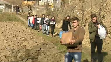 elevi ajuta batrani moldova