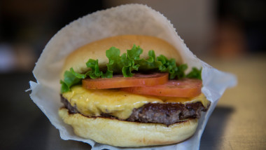 Hamburger fast food - Guliver GettyImages-1