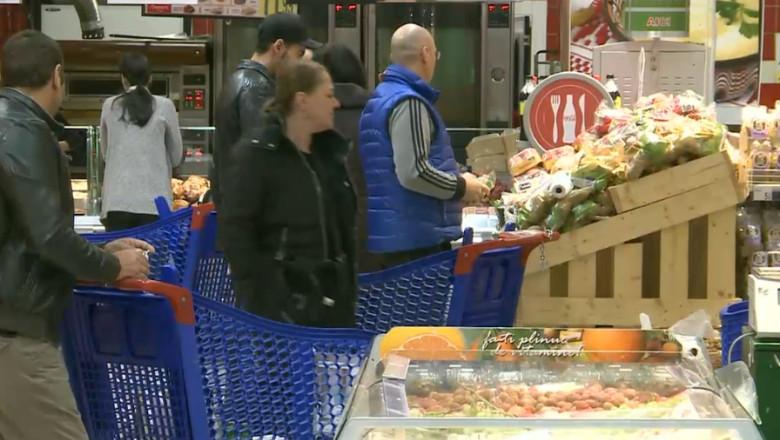 oameni la cumparaturi