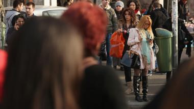 Oameni pe strada romani Bucuresti Romania GettyImages-163442601