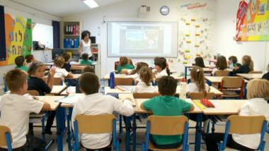scoala elevi profesoara sala de clasa