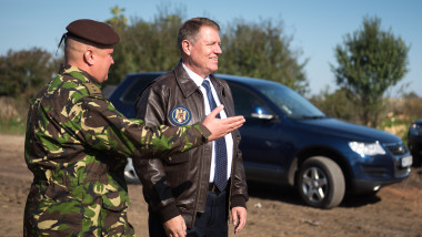 iohannis geaca piele cu militar - presidency