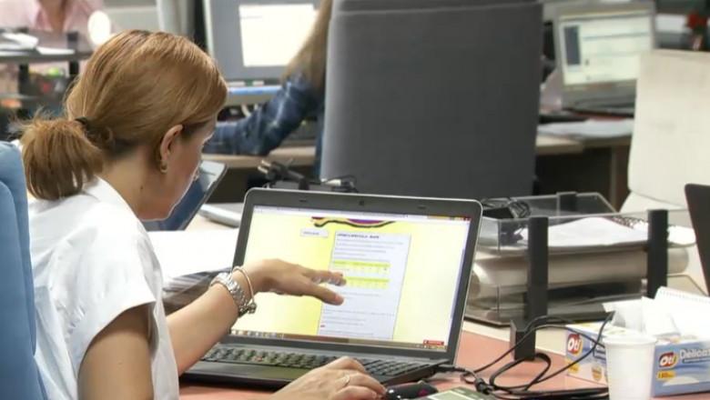 femeie birou angajata somputer