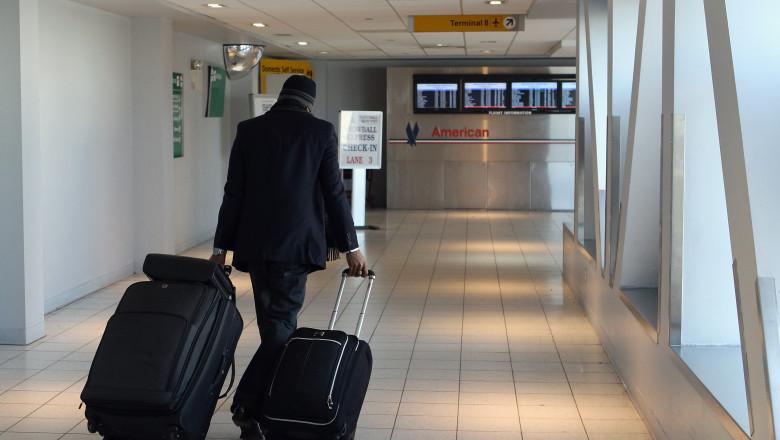 om cu bagaje aeroport GettyImages-135841827