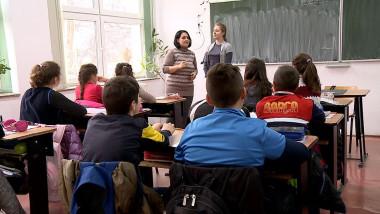 elevi in sala de clasa la scoala digi24