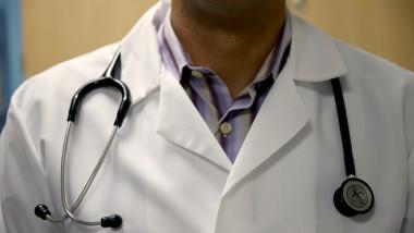 medic stetoscop halat GettyImages-495314721